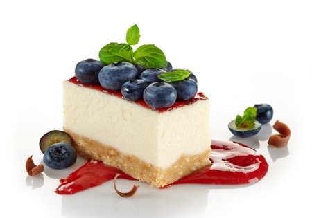 흰색 배경에 블루 베리 치즈 케이크