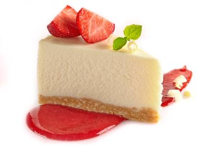 Käsekuchen mit frischen Beeren und süße Erdbeersauce Standard-Bild