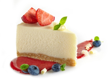 Käsekuchen mit frischen Beeren und süßen Erdbeer-Sauce Standard-Bild - 21377785