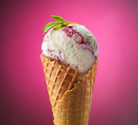 helados: bola de helado en cono de la galleta en el fondo de color rosa