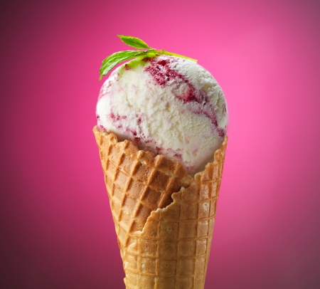 coppa di gelato: Paletta del gelato in cono di cialda su sfondo rosa Archivio Fotografico