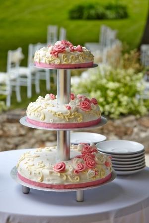 boda pastel: hermoso pastel de bodas con rosas blancas y rosas
