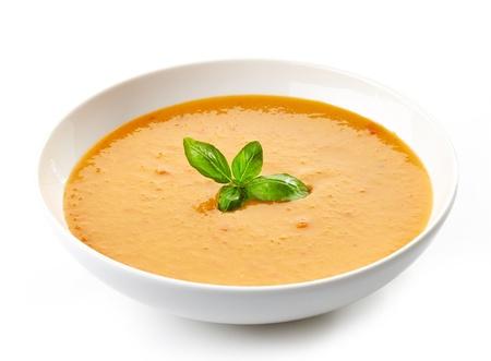 スカッシュのスープ バジルの葉のボウル