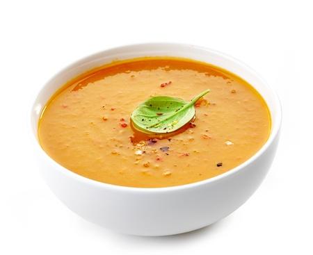 Kom van squash soep op een witte achtergrond