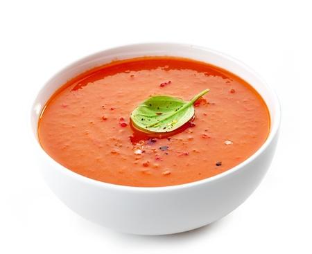 Kom tomatensoep op een witte achtergrond