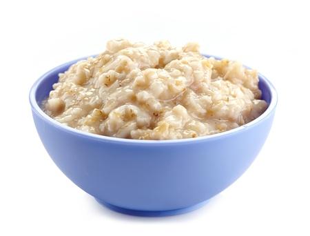白い背景の上のオート麦のお粥のボウル。健康的な朝食