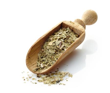 yerba mate: cuchara de madera con té de yerba mate
