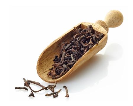 shu: wooden scoop with black tea Shu Puerh