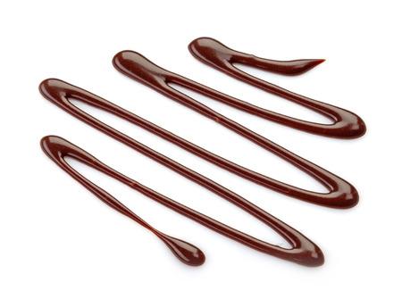 in syrup: salsa dulce de chocolate en un fondo blanco Foto de archivo
