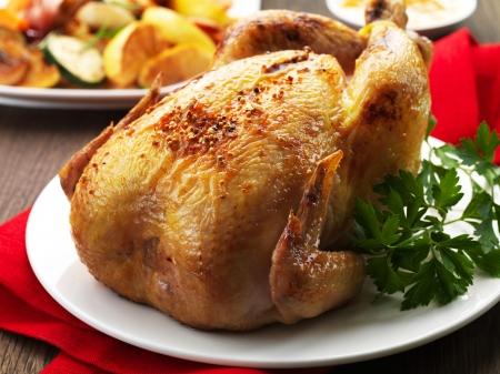 Gebraden kip op een witte plaat