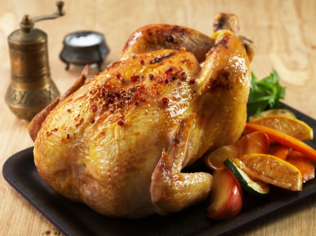 baked chicken: Roast chicken and various vegetables on wooden plate
