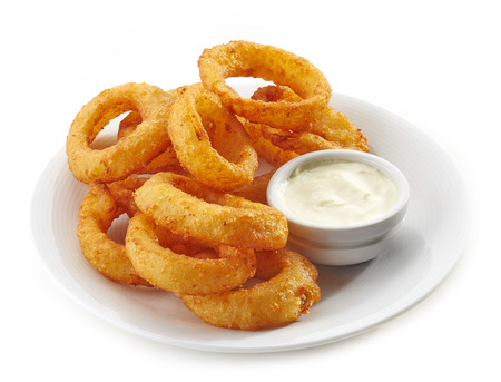 calamar: anillos de calamares fritos y salsa de salsa en un plato blanco