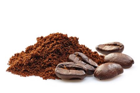 granos de café y café molido en un fondo blanco