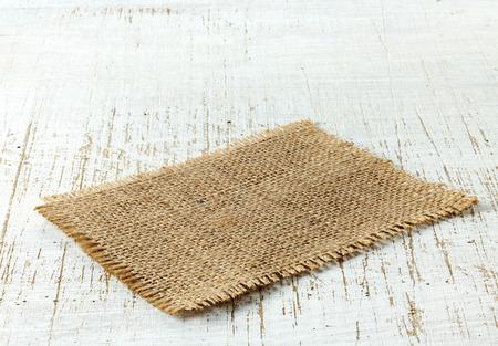 napkin: servilleta de arpillera en la mesa de madera vieja Foto de archivo