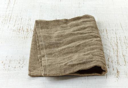 serviette: servilleta de lino natural en la mesa de madera blanca Foto de archivo