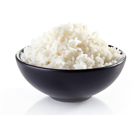 arroz blanco: plato de arroz hervido en un fondo blanco