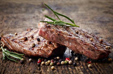 carniceria: filete de carne a la parrilla en la tabla de cortar de madera