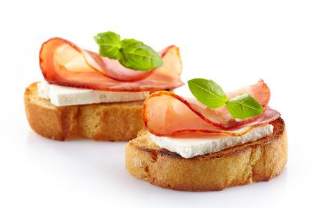 신선한 염소 치즈와 훈제 세라노 고기와 스페인 요리 타파스 토스트 스톡 콘텐츠
