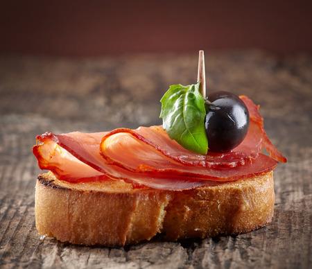 tapas españolas: Tapas de los alimentos españoles tostadas de pan con jamón serrano y aceite de oliva Foto de archivo