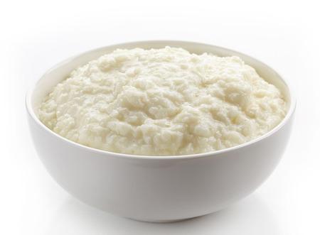 cereal: Tazón de copos de arroz avena en un fondo blanco
