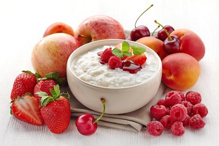 Kom rijst vlokken pap met verschillende soorten fruit en bessen Gezond ontbijt