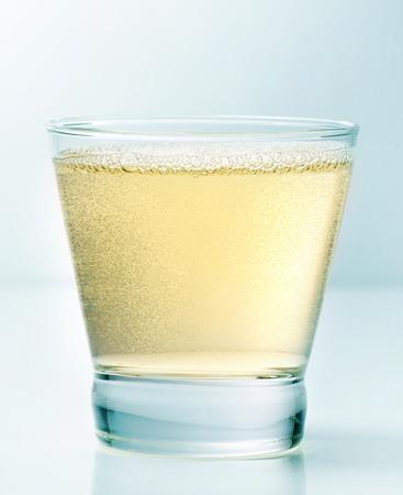 sektglas: Glas Apfelwein auf blauem Hintergrund