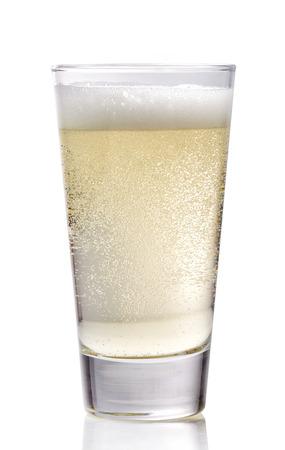 Glas cider op een witte achtergrond