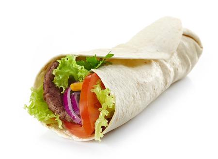 wraps: Envuelva con carne y verduras sobre un fondo blanco Foto de archivo