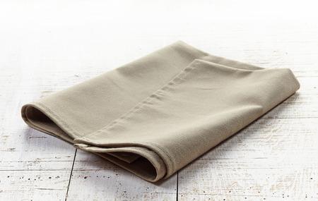 serviette: servilleta de lino en la mesa de madera blanca Foto de archivo