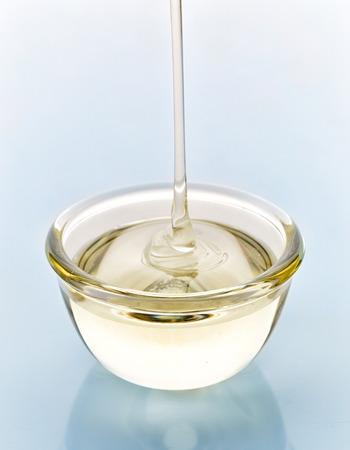 jarabe: jarabe de azúcar que vierte en el recipiente de vidrio Foto de archivo