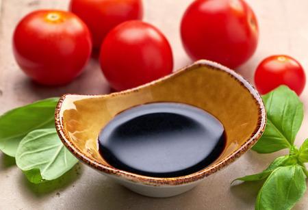 soja: Tazón de vinagre balsámico y hojas de albahaca