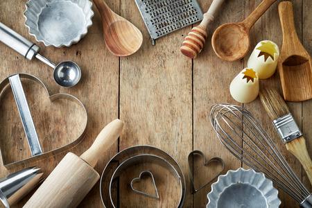 équipement: divers ustensiles de cuisine sur la table en bois Banque d'images