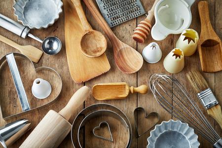 木製のテーブルに様々 な台所用品