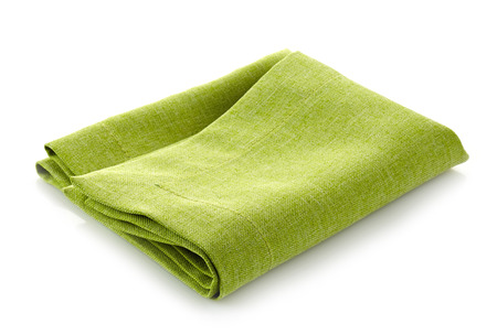 serviette: verde servilleta plegada de algodón sobre un fondo blanco