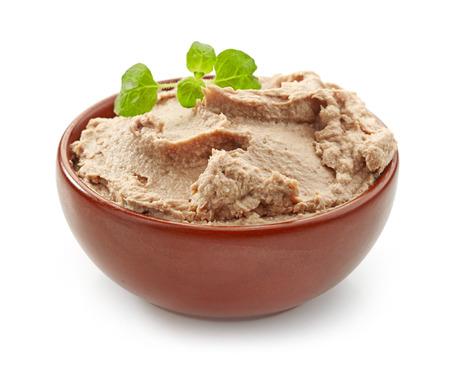 higado de pollo: plato de paté de hígado en un fondo blanco