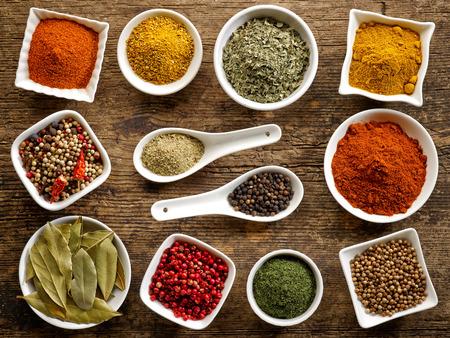 pepe nero: vari tipi di spezie sul tavolo in legno