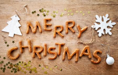 joyeux noel: Gingerbread mots Joyeux Noël sur vieille table en bois