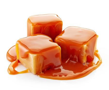 キャラメル: カラメル キャンデーおよび白い背景の上のカラメル ソース