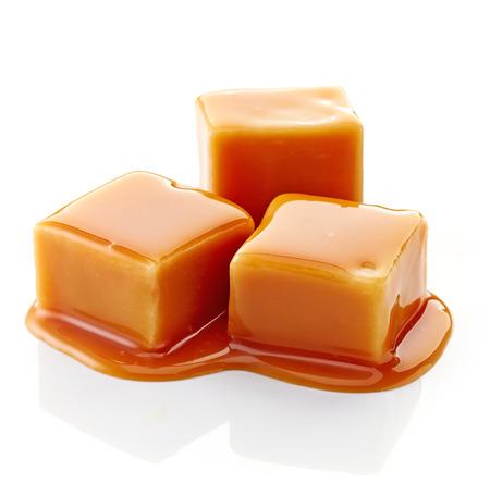 dulces: caramelo dulces y salsa de caramelo sobre un fondo blanco