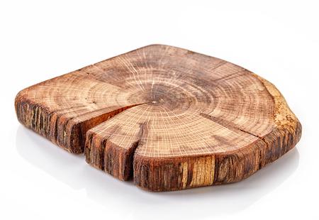 pequeña plataforma de madera sobre un fondo blanco