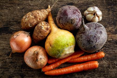 나무 테이블에 다양 한 신선한 생 야채, 상위 뷰