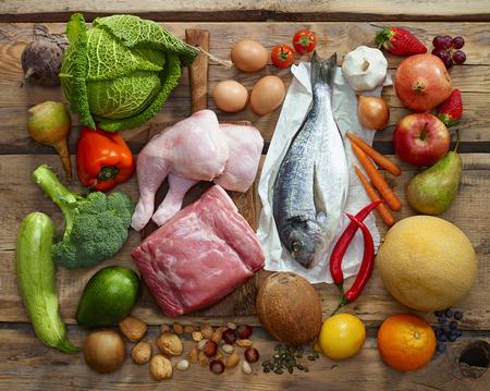 verduras verdes: Varios productos de la dieta Paleo en mesa de madera, vista desde arriba Foto de archivo
