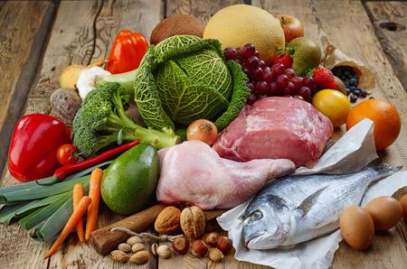 dieta sana: Varios productos de la dieta Paleo en mesa de madera Foto de archivo