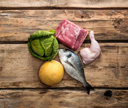 carne de pollo: Ingredientes alimentarios sin procesar frescos para la dieta Paleo Foto de archivo
