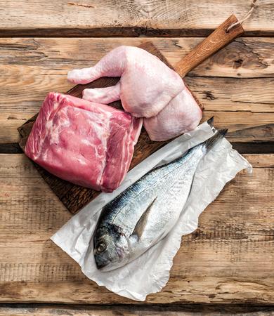 木製のテーブルに新鮮な生の肉製品