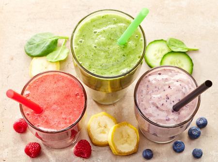 jugo de frutas: vasos de diferentes batidos con la paja para el desayuno dieta saludable