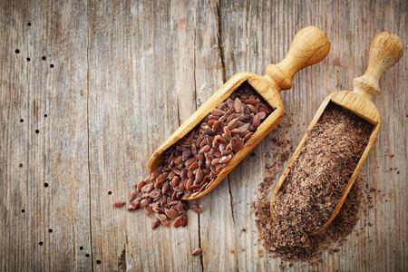 semilla: enteros y semillas de lino trituradas en tabla de madera