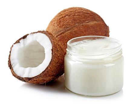 kokosolie en verse kokosnoten op wit wordt geïsoleerd