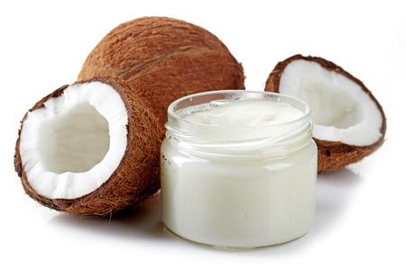 aceite de coco: frasco de aceite de coco y coco fresco aislado en blanco Foto de archivo