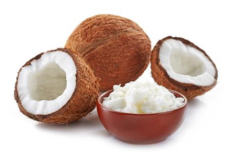 aceite de coco: tazón de aceite de coco y coco fresco aislado en blanco